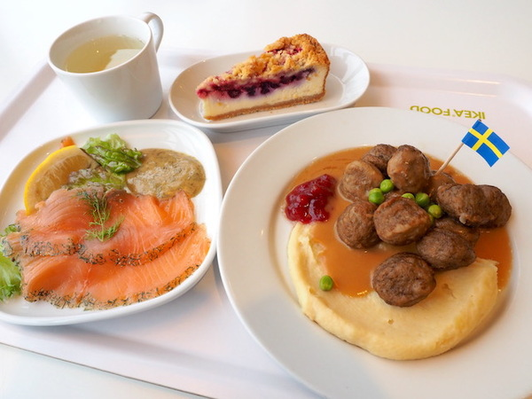 左上から時計回りにドリンクバーの洋ナシジュース、ベリーベリーチーズケーキ、スウェーデンミートボール、サーモンマリネ
