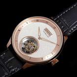 芸術作品と称されるのも納得の美しさ。3大複雑機構に名を馳せるトゥールビヨン搭載のラグジュアリー腕時計