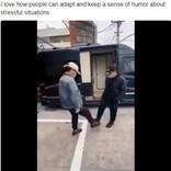 """手がダメなら足で挨拶 """"武漢シェイク""""がSNSで拡散中(中国)<動画あり>"""