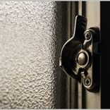 窓の「クレセント錠」をカギと思うのは大間違い