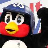 つば九郎、マスク姿で球場入り ファン「不審鳥」「笑った」の声