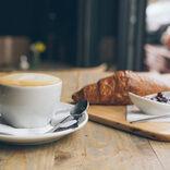 """カフェ開店式に仏大統領 コロナ対策のため、""""心からの握手"""""""
