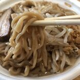 セブン-イレブンの二郎系レンジ麺「中華蕎麦とみ田監修 ワシワシ食べる豚ラーメン」を恐ろしく美味しくする方法