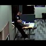 危険ドラッグ処理中の警察官、皮膚から薬物が浸透し意識失う(米)<動画あり>