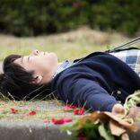 """中村倫也、自宅のベッドや薔薇の花びらに囲まれる…""""寝顔写真""""公開"""