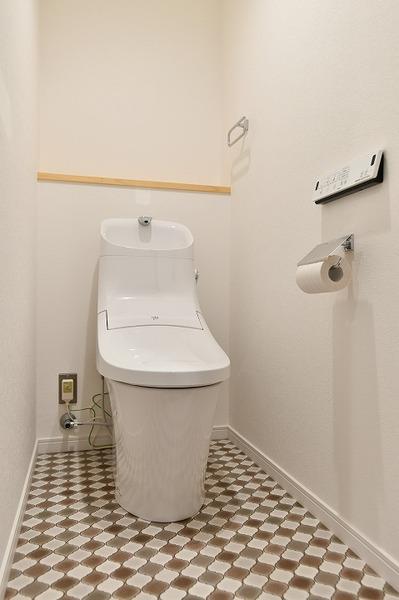 床がアクセントのトイレ