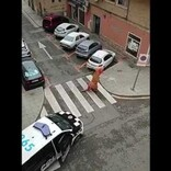 外出禁止令下で恐竜の着ぐるみ姿で外出した男性 警察「犬の散歩は認めますがティラノサウルスは認められていません」(スペイン)<動画あり>