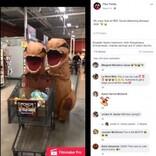 """恐竜の着ぐるみ""""2頭""""がスーパーでママとお買い物「社会的距離の確保を恐竜スタイルで」(米)<動画あり>"""