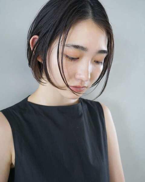 濡れ髪の丸顔×前髪なしショートボブ