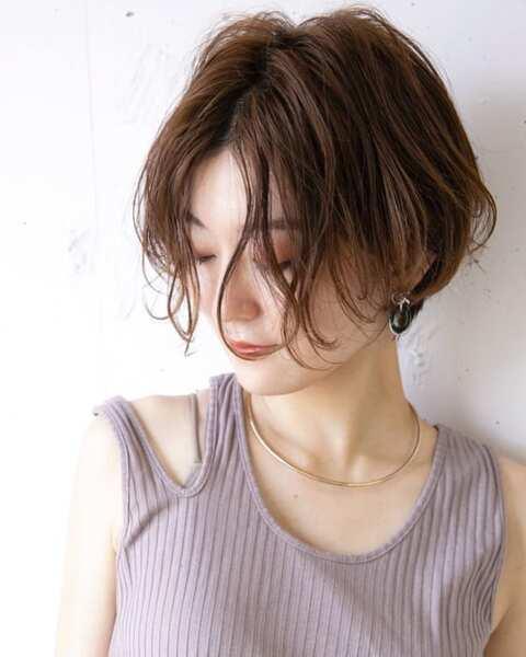 無造作な丸顔×前髪なしショートボブ