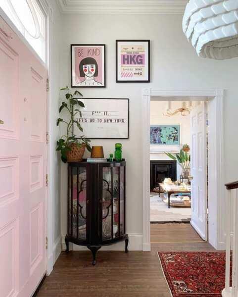 ピンク色のドア