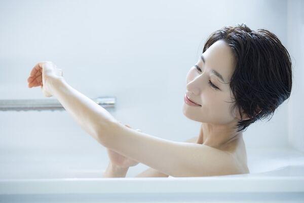 お風呂は温かくて気持ちがいいだけではなく、健康状態を守ってくれる5つの作用があります。それぞれがどう体に働き、入浴の健康効果につながっているのかを解説します。