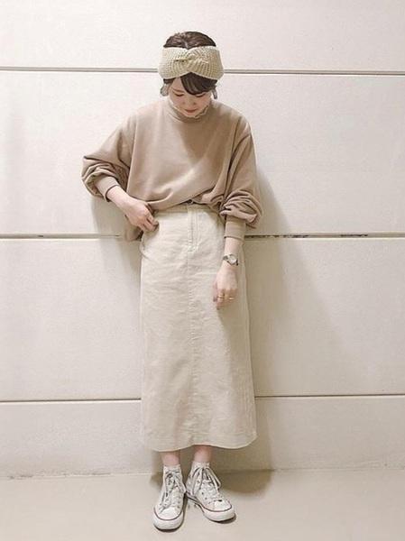 Aラインスカート×白ハイカットスニーカー
