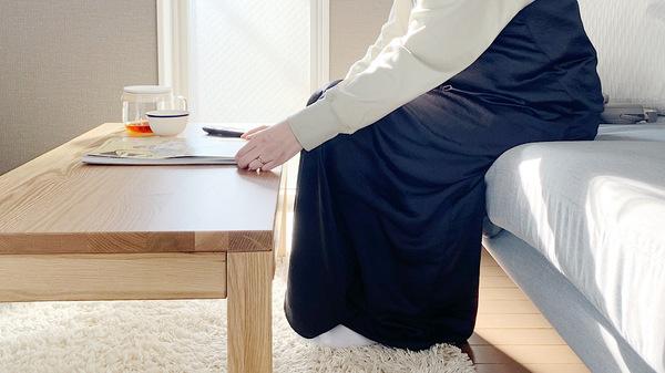 無印良品の無垢材ローテーブルをソファに座って使うイメージ