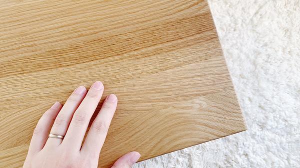 無印良品の無垢材ローテーブルの木目