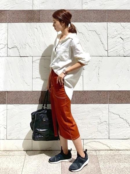 後ろボタンシャツ×タイトスリットスカート
