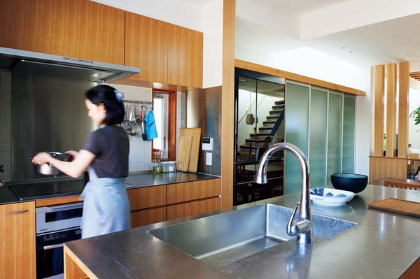 木目の美しいカバ桜を使用したキッチンの扉材