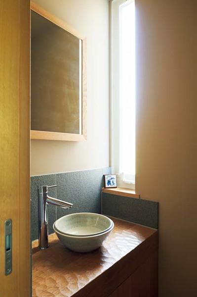 洗面所のナラ材のカウンター