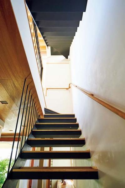 オニグルミを使用した階段の踏み板は