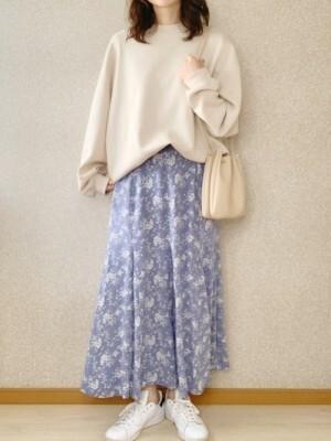 淡いブルーのプリントスカートで気分も春らしく 出典:WEAR
