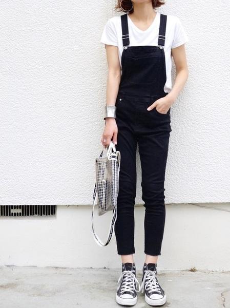 白Tシャツ×スリムオーバーオール