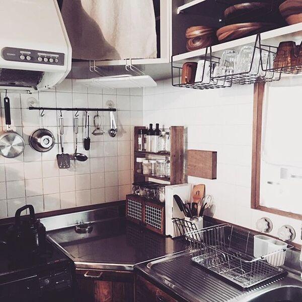 狭いキッチンの棚にかごを足すアイデア