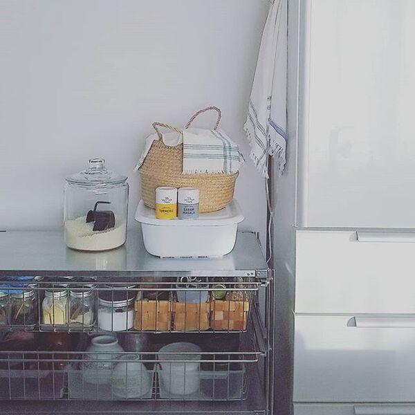 狭い台所にも似合う素敵な棚を用いるアイデア