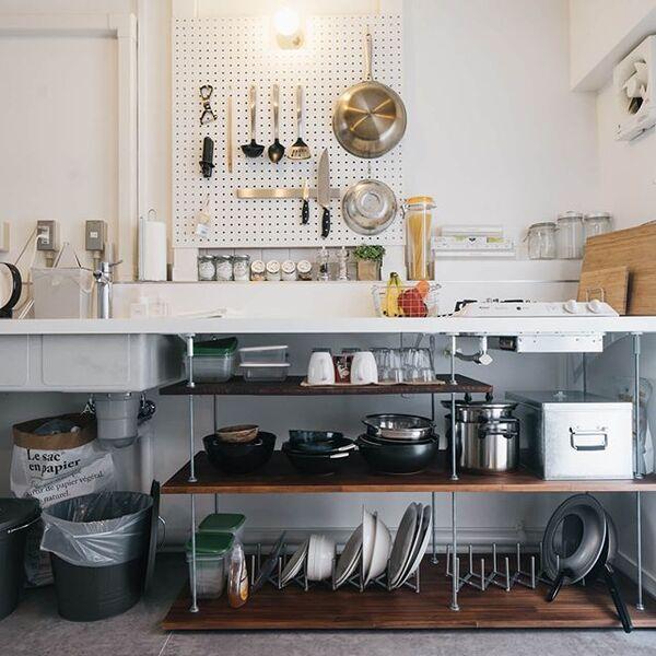 狭いキッチンの作業台下や壁を用いるアイデア