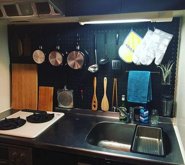 狭い賃貸キッチンの壁面ボードを使うアイデア