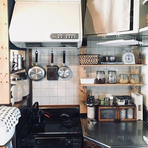 狭い賃貸台所に合うDIY棚を用いるアイデア
