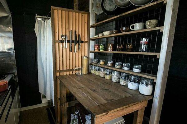 狭い賃貸キッチンのDIY棚を用いるアイデア