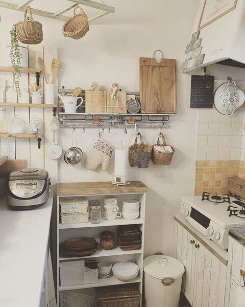 狭いキッチンに合うDIY棚を用いるアイデア