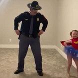 「最高にかわいい動画」 警察官の父親が、ノリノリな娘とぎこちないダンスを披露