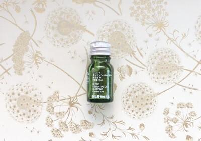グリーンのボトルに白字で商品名などが書かれた、ブレンドエッセンシャルオイル「おやすみ」(税抜1445円)