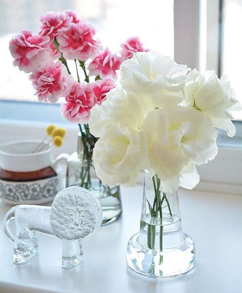 窓際に生花を飾る