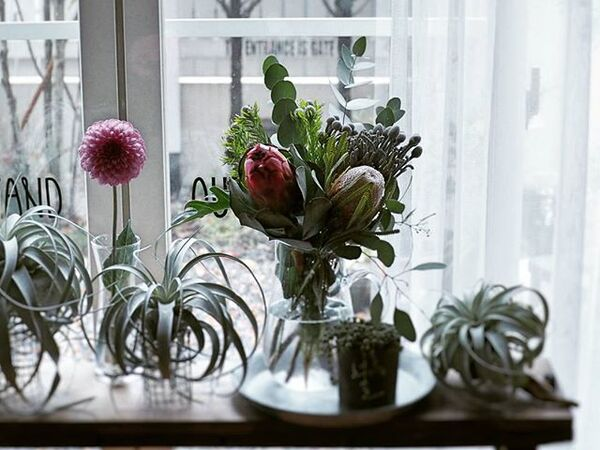 窓際に生花を飾る2