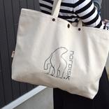 カラビナ付きのコットンバッグが、ざっくり使えて小物収納にも便利だった! マイ定番スタイル