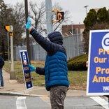 俺たちに人工呼吸器を作らせてくれ。GEの労働者が、安全なデモで会社に要求