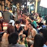 ハノイ旧市街で小さな腰掛椅子に座って飲み続ける!?路上バーに加わってみた【ベトナム】