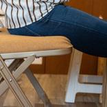 座り心地は極上で、床も傷つけない! 理想的な折りたたみチェアってコレかもな~│マイ定番スタイル