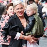 新型コロナに感染した女性歌手と、3歳の息子。インスタで切なる訴え