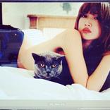 """紗栄子、美肩あらわな""""猫抱き""""SHOTに「めちゃめちゃセクシー」「猫になりたい」"""