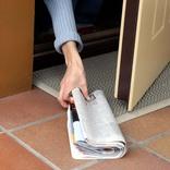 外出できない高齢者が大感激! 新聞配達員が朝刊と一緒に届けているのは?