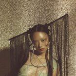 リナ・サワヤマ、名門レーベル「Dirty Hit」より待望のデビューアルバムをリリース