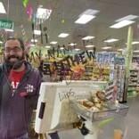 「マスクで唇の動きが分からない」聴覚障がいのスーパー店員に仲間が見せた優しさ(米)