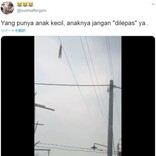 電線にぶら下がる9歳少女、地上15mから助けを求める(インドネシア)