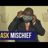 マスク装着に手こずる南ア大統領 国民から「ロックダウンで一番笑った」の声