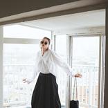 いつもの白トップスに自信がつく「モードな黒スカート」4選