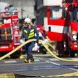 ホースを抱え、地面に横たわる消防士 伝えたかったメッセージを写した『4枚』