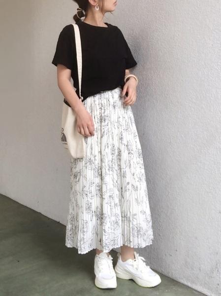 黒Tシャツ×柄プリーツスカートの夏コーデ